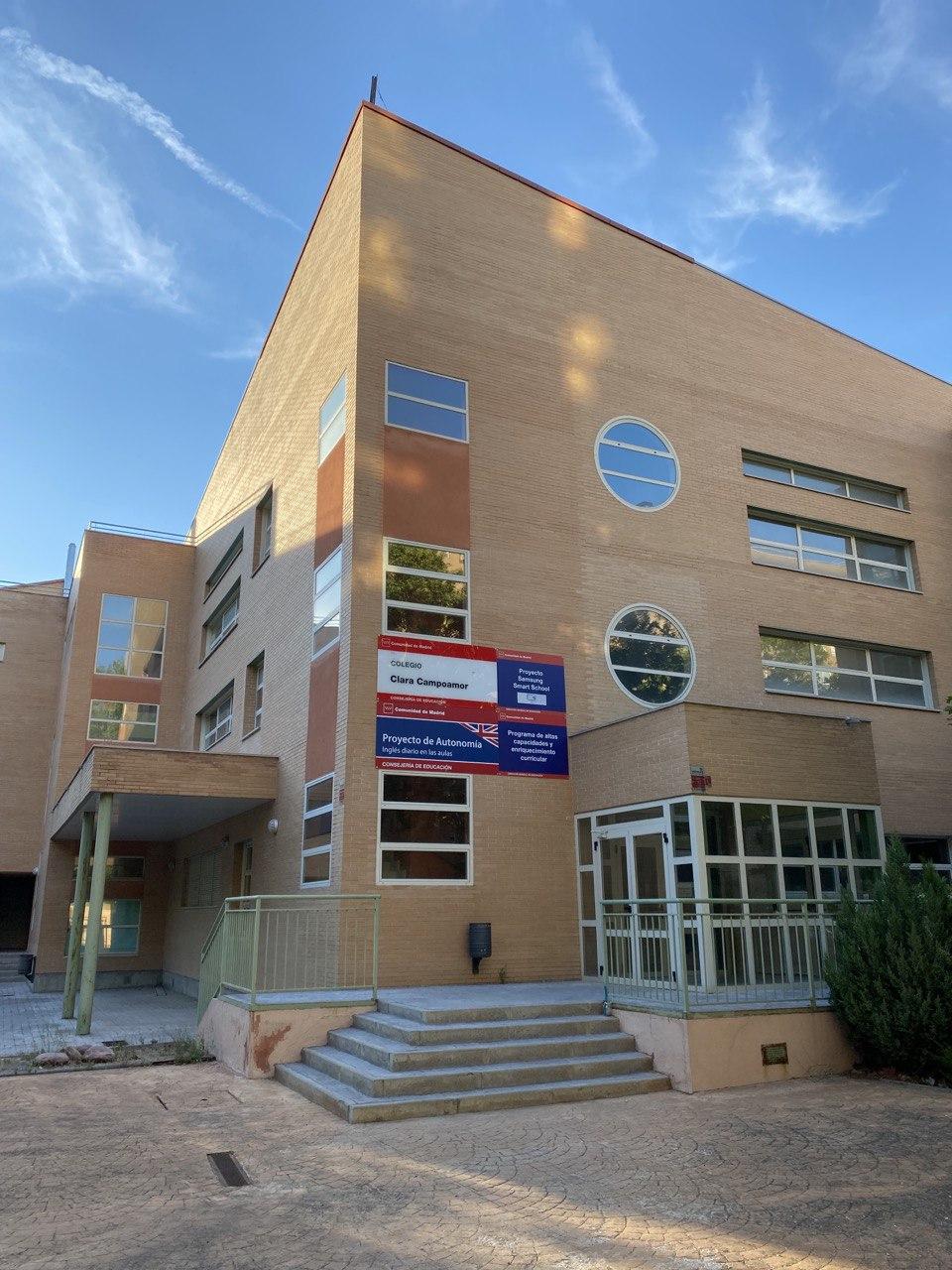 Entrada al edificio principal - A.M.P.A. Clara Campoamor (Alcorcon)